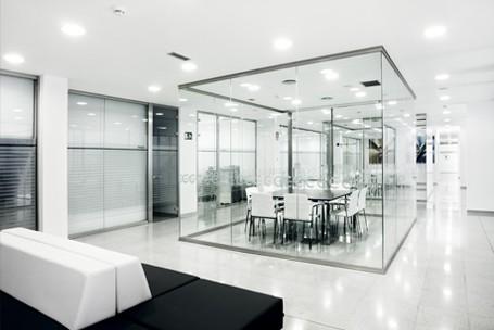 Mamparas de oficina divisiones de cristal y madera para for Espacios para oficinas