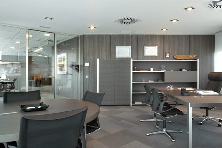 Mamparas de oficina divisiones de cristal y madera para for Direccion de la oficina