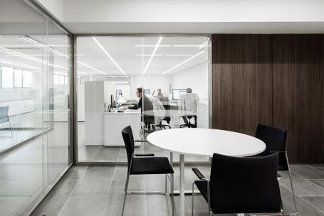 Biombos y paneles separadores de oficina hermarta for Mamparas para dividir ambientes
